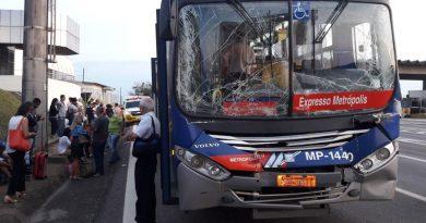 Colisão entre ônibus e caminhão deixa feridos no pedágio da SP-340