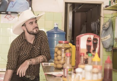 """Teatro de Jaguariúna recebe a comédia stand-up """"Do Interior para o Mundo"""" com Marcus Cirillo, no dia 14"""